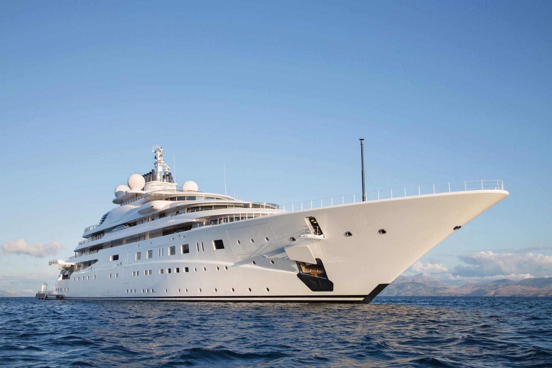 Luxus Mega Yacht - immens großes und langes Schiff